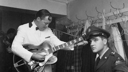 Bill Haley und Elvis Presley backstage in Wiesbaden (23.10.1958)