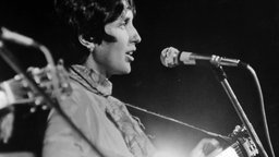 "Folklegende Joan Baez (aus dem Dokumentarfilm ""Woodstock - Three Days of Love and Music"")"
