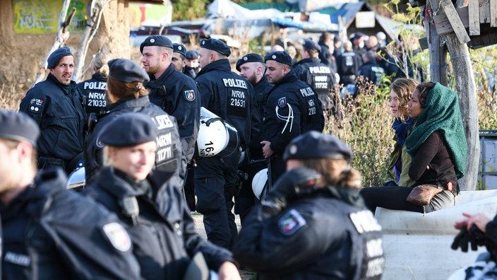 Polizisten durchsuchen Zelte in einem Aktivistencamp von Braunkohlegegnern am Hambacher Forst.