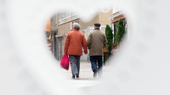 Ein älteres Paar eingefasst mit einem Herzen