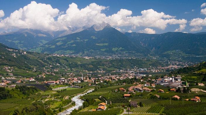 Vistas de Merano en Tirol del Sur, con los Alpes al fondo