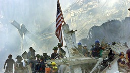 US-Flagge in der Ruine des World Trade Center