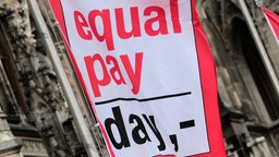 Flagge mit Aufschrift Equal Pay Day