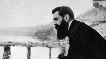 Theodor Herzl am Balkon des Hotels in Basel