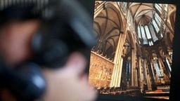 Montage: Innenraum des Kölner Doms, Mann Mit VR-Brille