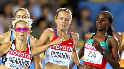 800-Meter-Läuferin Yuliya Stepanova drei russische Fahnen bei Siegerehrung in Sotschi