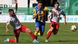 Die Kölner Fabian Holthaus (l.) und Andre Dej (r.) versuchen Marcel Bär (Braunschweig) zu stoppen.