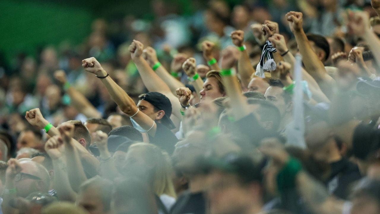 Die Fans im Borussia-Park kamen nur mit einem grünen Bändchen ins Stadion.
