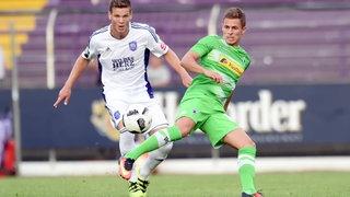 Anthony Syhre (Osnabrueck) im Zweikampf mit dem zweifachen Torschützen Thorgan Hazard (Gladbach).