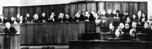 Der erste Sekretär der KPDSU, Nikita Chruschtschow (am Rednerpult) während einer Rede auf dem 20. Parteitag der Kommunistischen Partei der Sowjetunion in Moskau (Aufnahme vom 14.02.1956)