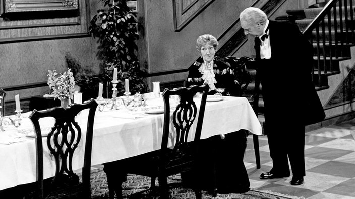 "Freddie Frinton als Butler James und May Warden als Miss Sophie in ""Dinner for One"""