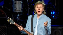 Paul McCartney mit Gitarre bei Konzert in Milwaukee, USA, Juli 2016