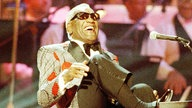 Ray Charles am E-Piano bei Gala-Konzert in Pasadena, Kalifornien, 1991
