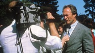 Clint Eastwood 1986 bei Straßeninterview in Carmel