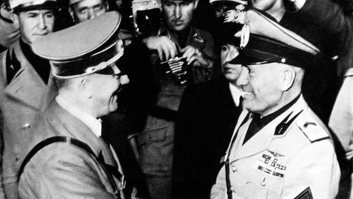 Adolf Hitler (l) y Duce Benito Mussolini