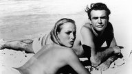 "Ursula Andress und Sean Connery in einer Drehpause zu ""James Bond 007 - James Bond jagt Dr. No"""