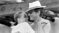 Romy Schneider umarmt Ehemann Harry Meyen