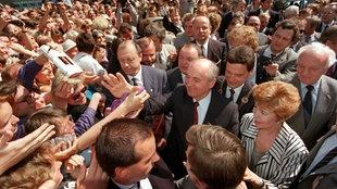 Michail Gorbatschow und seine Frau Raissa inmitten einer begeisterten Menschenmenge auf dem Bonner Marktplatz am 13.06.1989