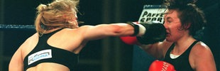 Regina Halmich 1995 bei Titelverteidigung in Köln gegen Petrina Phillips