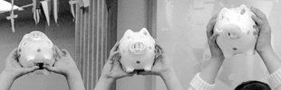 Kinder mit Sparschweinen am Weltspartag 1966