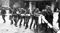 Deutsche Soldaten zerbrechen am 01.09.1939 einen polnischen Schlagbaum