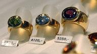 Hochpreisige Ringe liegen in einer Schaufensterauslage