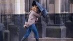 Eine Frau kämpft mit einer Sturmböe