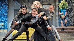 """Bühnenszene """"Arsen und Spitzenhäubchen"""" am Theater Bielefeld (v.l.n.r.: Priego, Huckle, Nixdorf, Baierl)"""