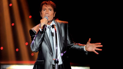 Cliff Richard singt