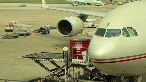 Flugzeug steht auf dem Rollfeld und wird beladen
