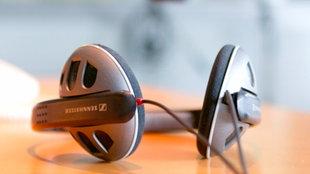Kopfhörer und Mikro im leeren Studio