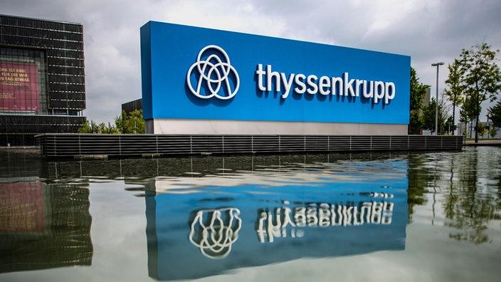 Das Bild zeigt das Thyssenkrupp-Zeichen an der Hauptzentrale des Thyssenkrupp Konzers.