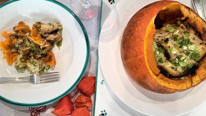 Gefüllter Kürbis neben einem Teller mit Kürbisgericht