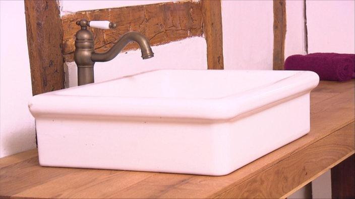 so klappt es mit holz im badezimmer wohnen verbraucher wdr. Black Bedroom Furniture Sets. Home Design Ideas