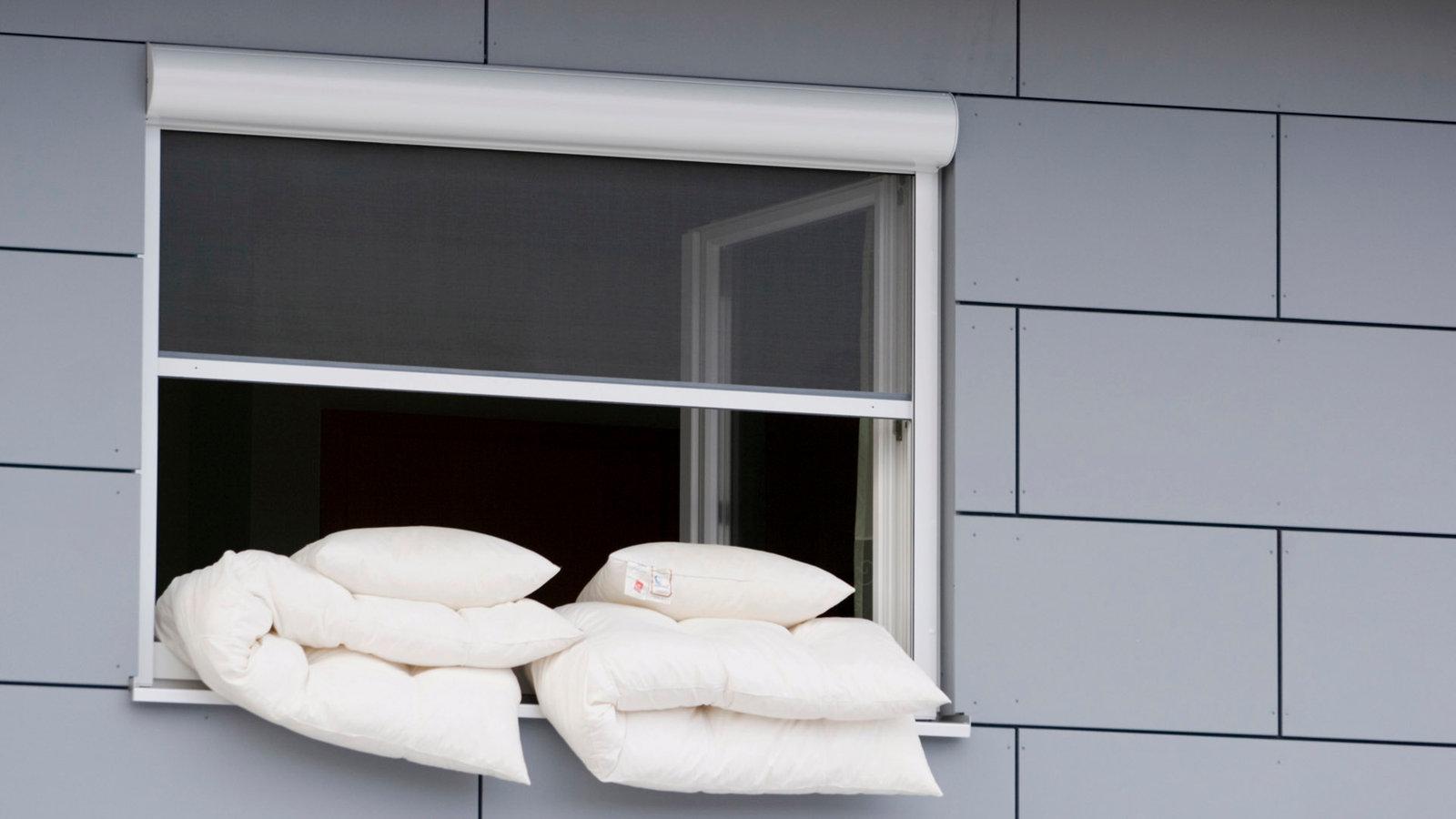 Galerie. Ein Offenes Fenster Mit Bettwäsche. Schlafzimmer Kühl Halten