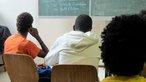 Jugendliche von hinten in einem Klassenraum