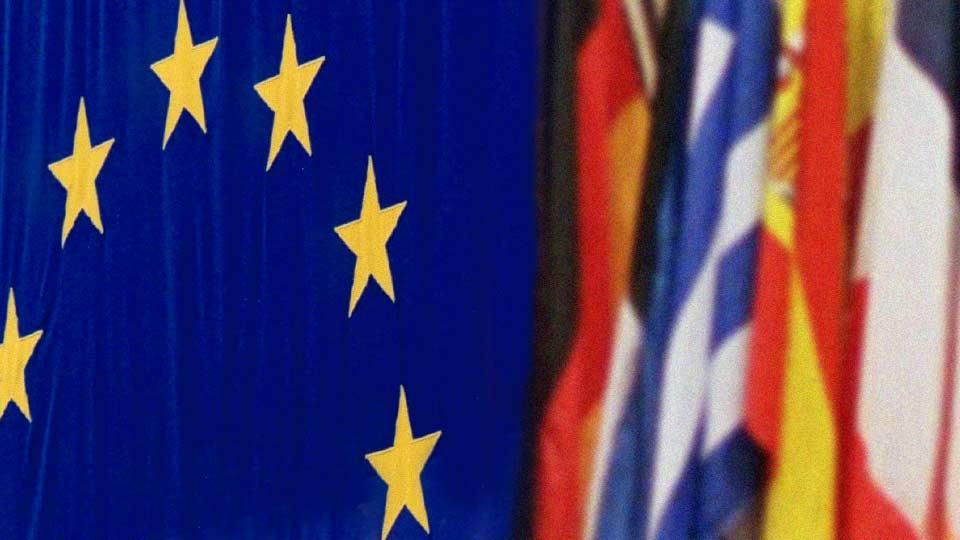 Europaflagge neben anderen Länderflaggen