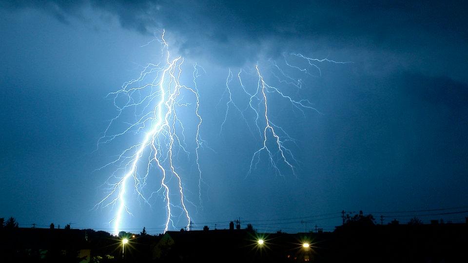 Im Zelt Vor Blitz Geschützt : Elektrizität blitzeinschlag energie technik planet