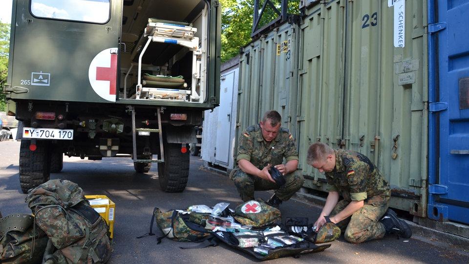 Sanitäter bundeswehr  Aufräumarbeiten nach dem Sturm - Pfingststurm - Archiv - WDR