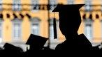Absolvent einer Universität mit einem Talar und Doktorhut gekleidet.