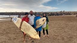 Aisha (dritte von links) mit ihrer Familie am Strand.