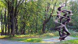 """Die Stahlskulptur """"To the Knee"""" von Tony Cragg im Skulpturenpark Waldfrieden in Wuppertal"""